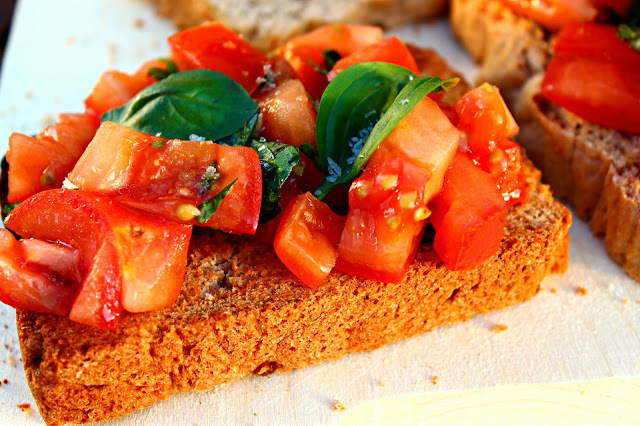 Bruschetta de tomate y albahaca {#Asaltablogs}