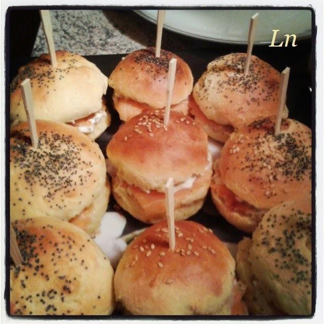 Mini buns au saumon fumé fromage frais à l'aneth et oeufs de truite