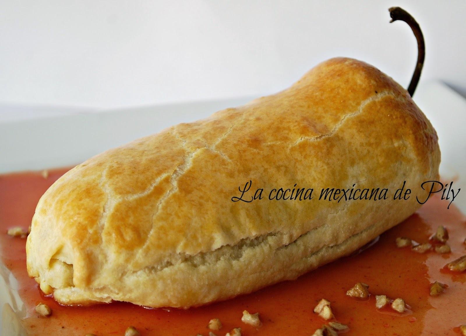 Chile poblano hojaldrado con relleno en nogada y salsa tomate canela y una boda