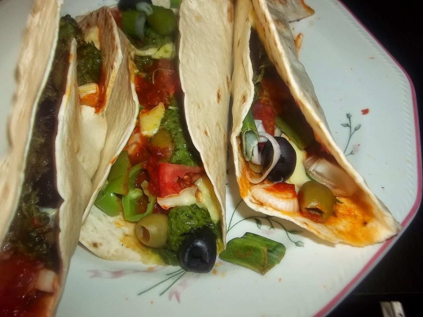 Tortilla heringfilével, zöldségekkel és sajttal