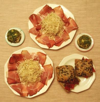 Zelerová remuláda so schwarzwaldskou šunkou, mozzarellou v peste a chlebom plneným zeleninou
