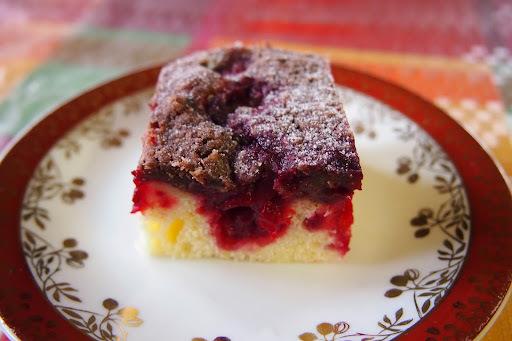 Ovocný koláč s čokoládovou posýpkou.