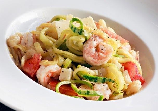 Espaguetti de abobrinha com camarões e palmito