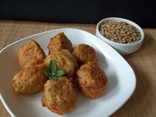 Bolinho com sobra de arroz com lentilha e frango assado