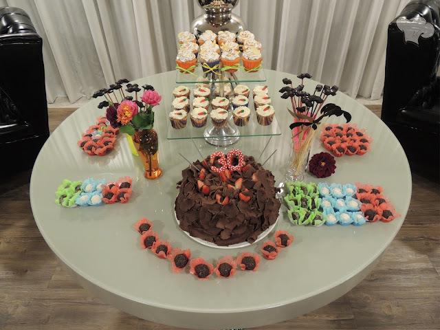bolo trufado com morangos com dois andares para festas
