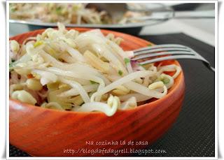 Salada de Broto de Feijão com Peito de Peru Defumado