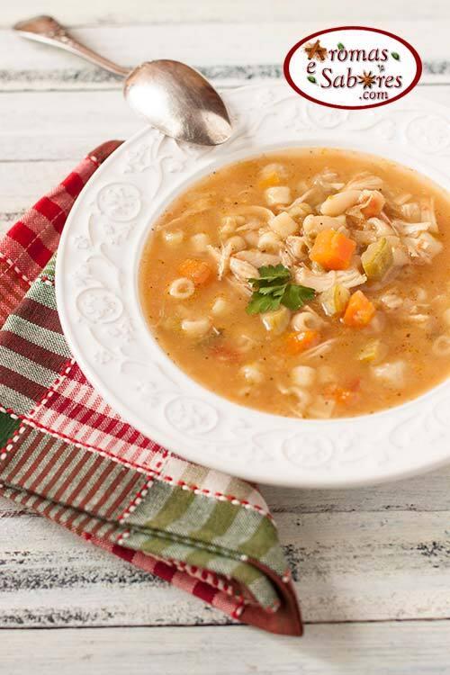 Sopa minestrone com frango, legumes, feijão e macarrão