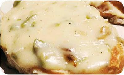 fatias de pão italiano, tostadas, com queijo