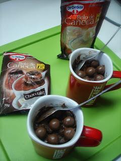 BOLO DE CANECA FEITO POR CRIANÇA: Chocolate dentro e no enfeite - vem no pacotinho e é de micro-ondas!