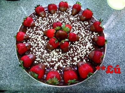 bolo de chocolate recheio de mousse de chocolate e creme gelado com morangos cobertura de mousse de chocolate ganache de morango e morangos