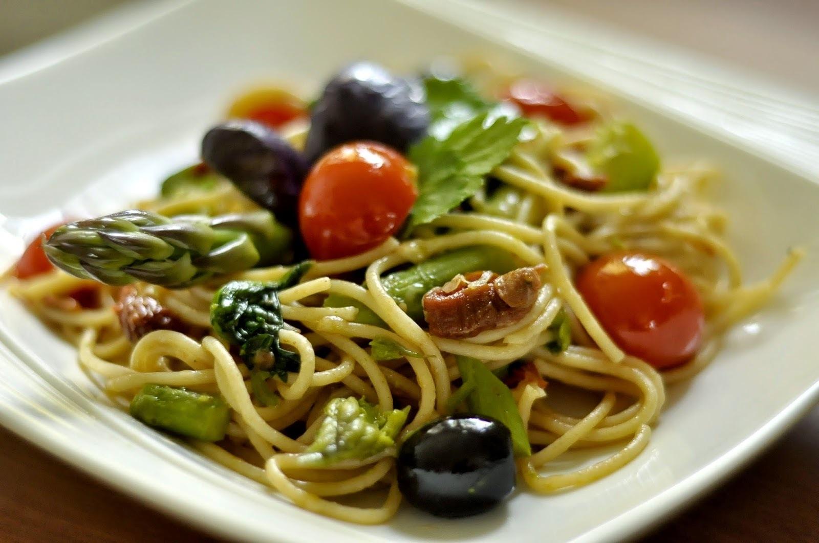 Celozrnné špagety so špenátom, paradajkami, špargľou a olivami