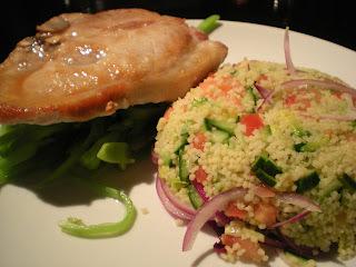 Chuleta de cerdo y ensalada de couscous