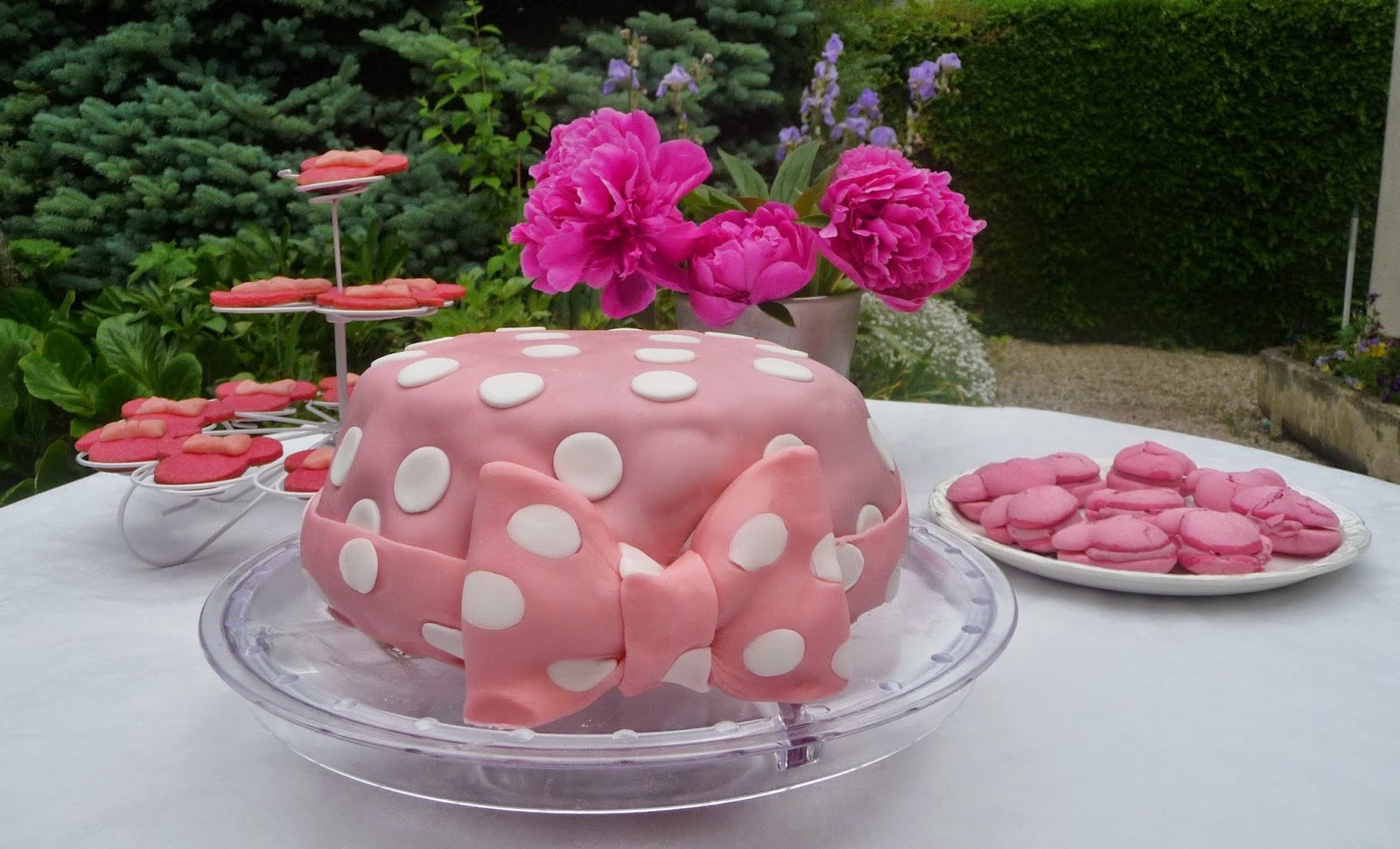 Gâteau d'anniversaire red velvet Minnie Mouse à la ganache chocolat au lait fruits exotiques et recouvert de pâte à sucre