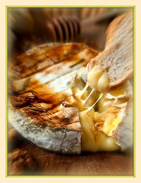Queijo brie assado com alecrim, nozes e mel