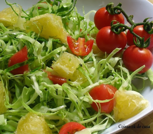 Salada de repolho com laranja, tomates e ervas frescas