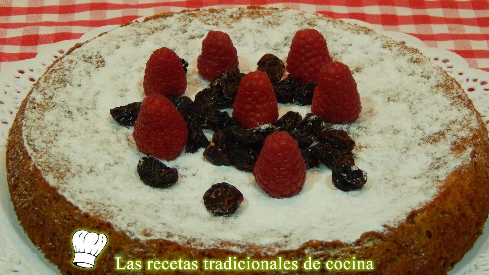 Receta de bizcocho esponjoso con frambuesas y uvas pasas