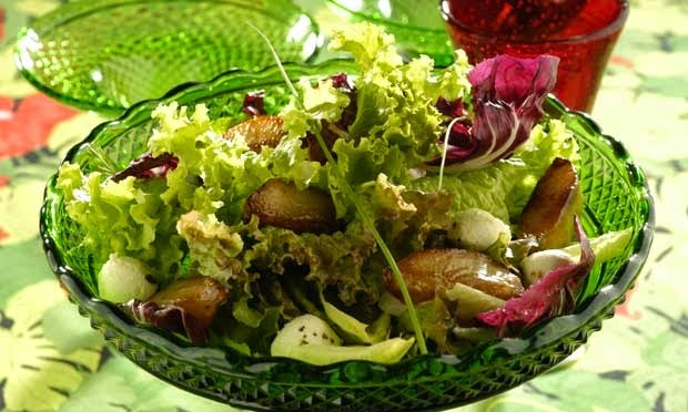 saladas de folhas variadas com frutas