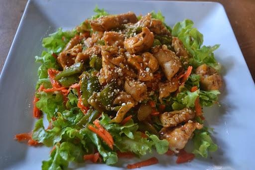 Salada de alface e cenoura com cubos de frango