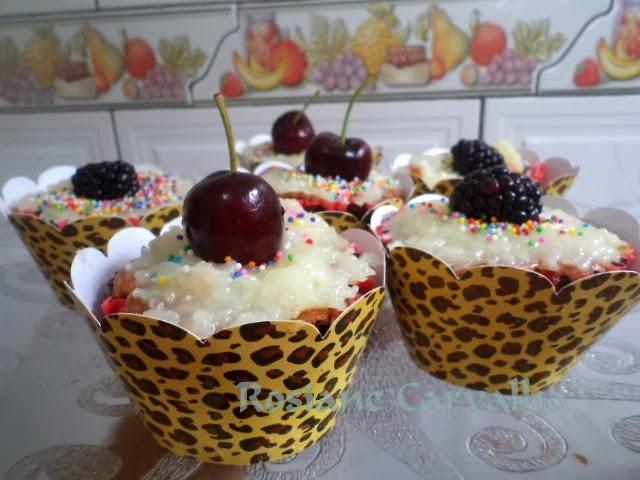 Cucpakes de coco orgânico com recheio de ganache e frutas vermelhas