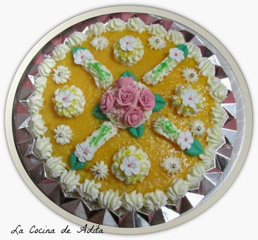 Tarta de capuchina,  decorada con nata