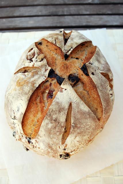 pan de centeno con fruta deshidratada y alcaravea
