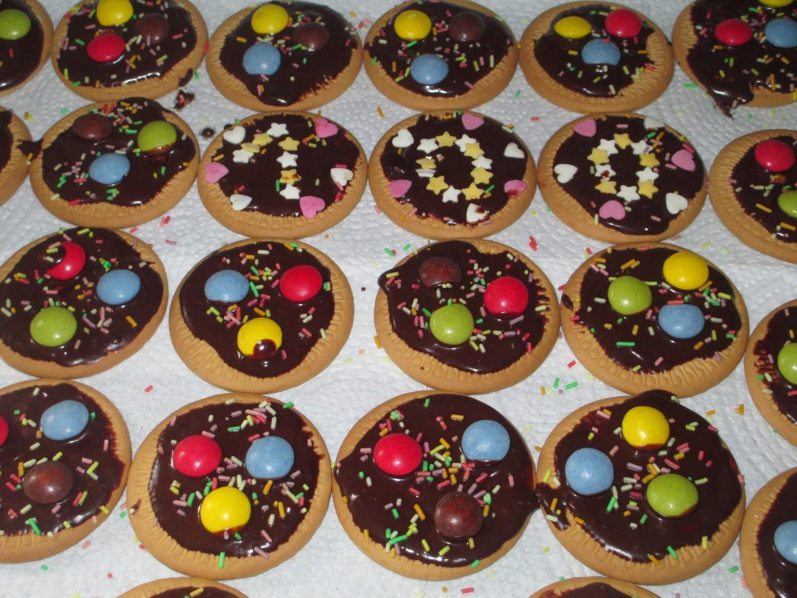 Bolachas com chocolate e pintarolas para a lição nº100