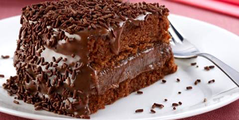 como deixar o bolo de chocolate molhadinho dentro