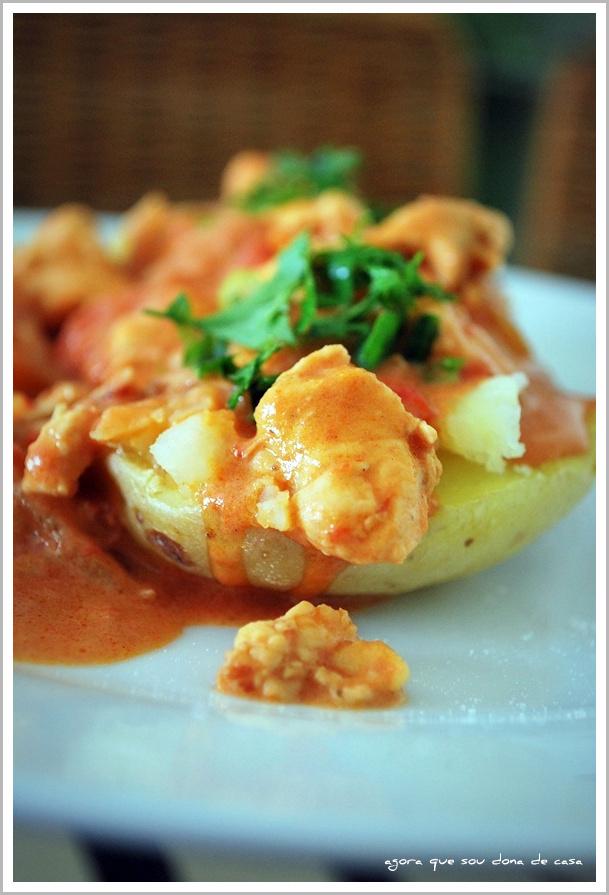 para uma refeição rápida: cubinhos de frango na batata assada