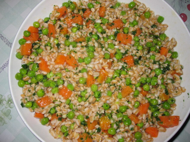 Trigo em grão com ervilhas e cenouras
