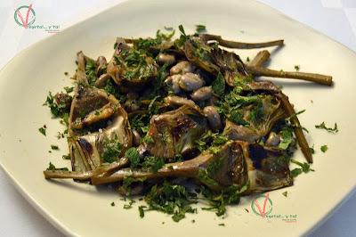 Alcachofas con habas y hierbabuena