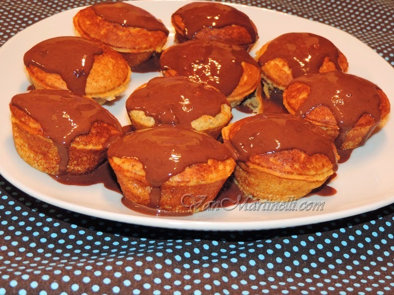 Cupcake de banana e coco com cobertura de chocolate