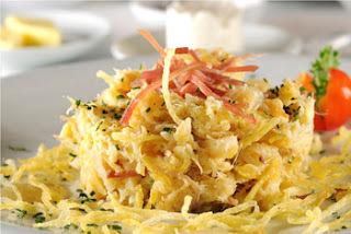 Bacalhau desfiado com cebola, batata palha, presunto e ovos