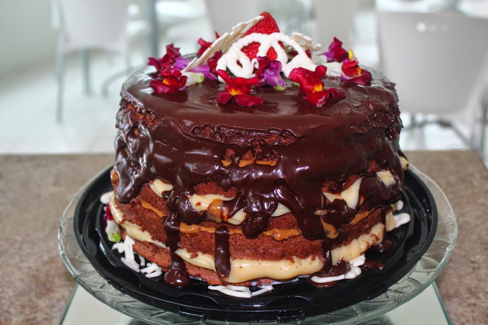 de bolos de chocolate preto com recheio cobertura de chocolate branco
