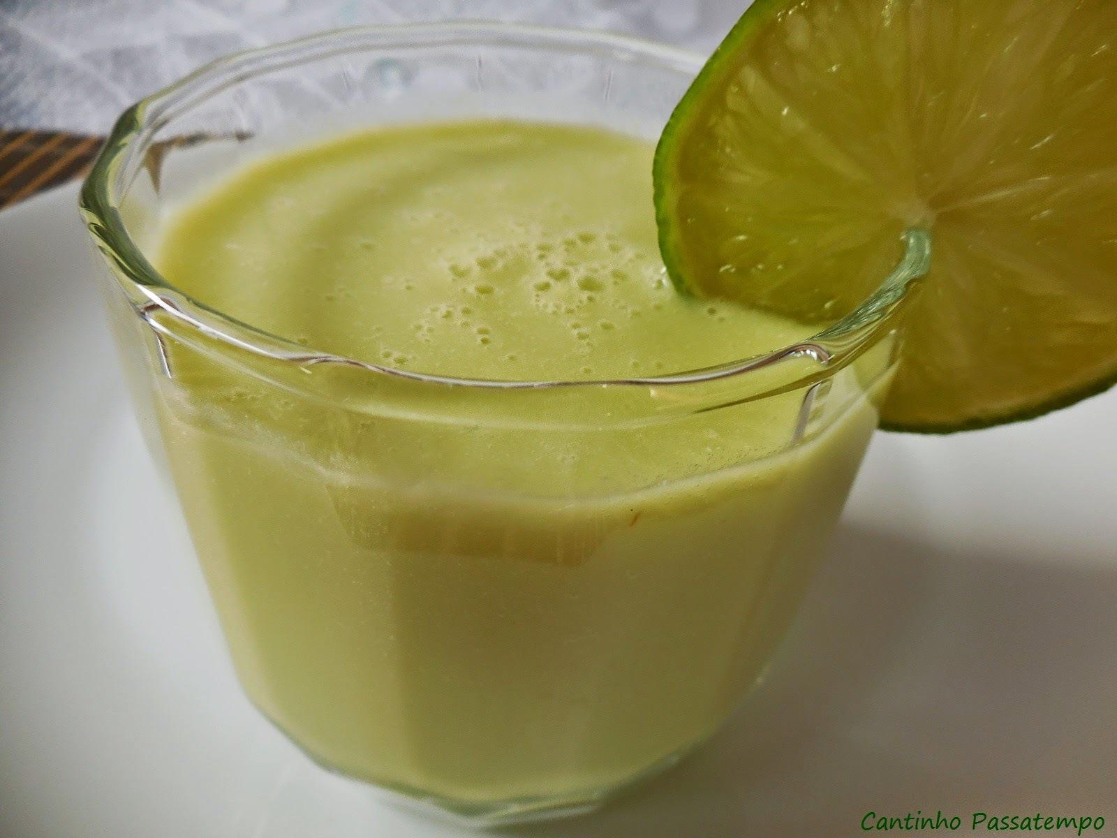 Vitamina de abacate e limão e  salada de atum