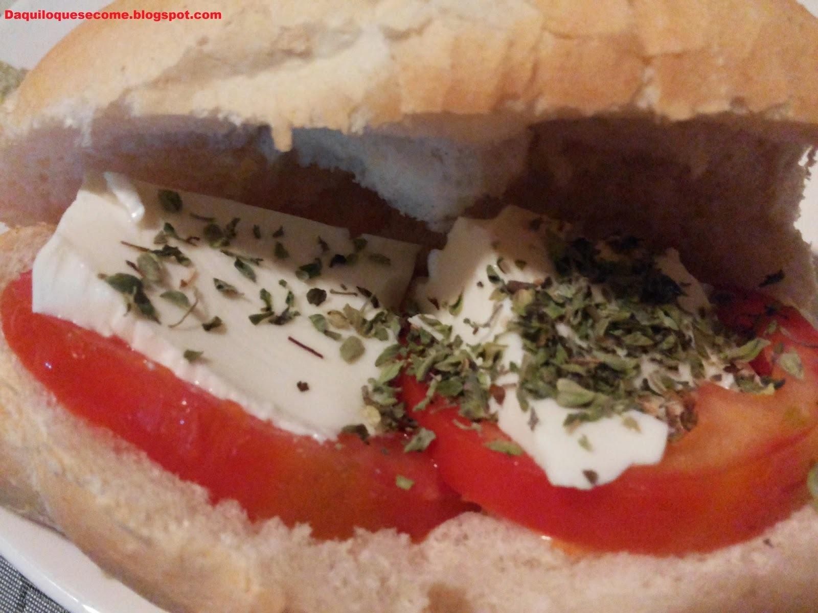 Sanduíche light de tomate, polenghi e orégano.