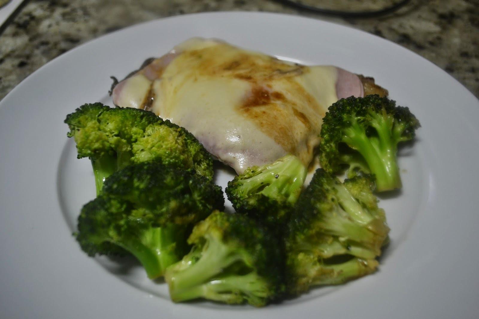 Bife de patinho ao presunto e queijo com brócolis salteado