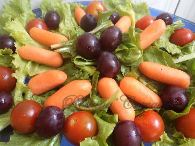 Salada de mini cenouras,tomate-cereja e uvas benitaka