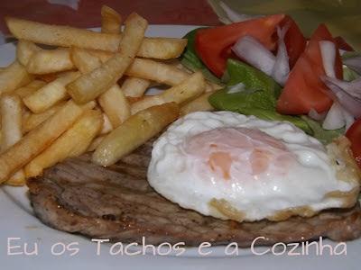 Bife à portuguesa com ovo a cavalo