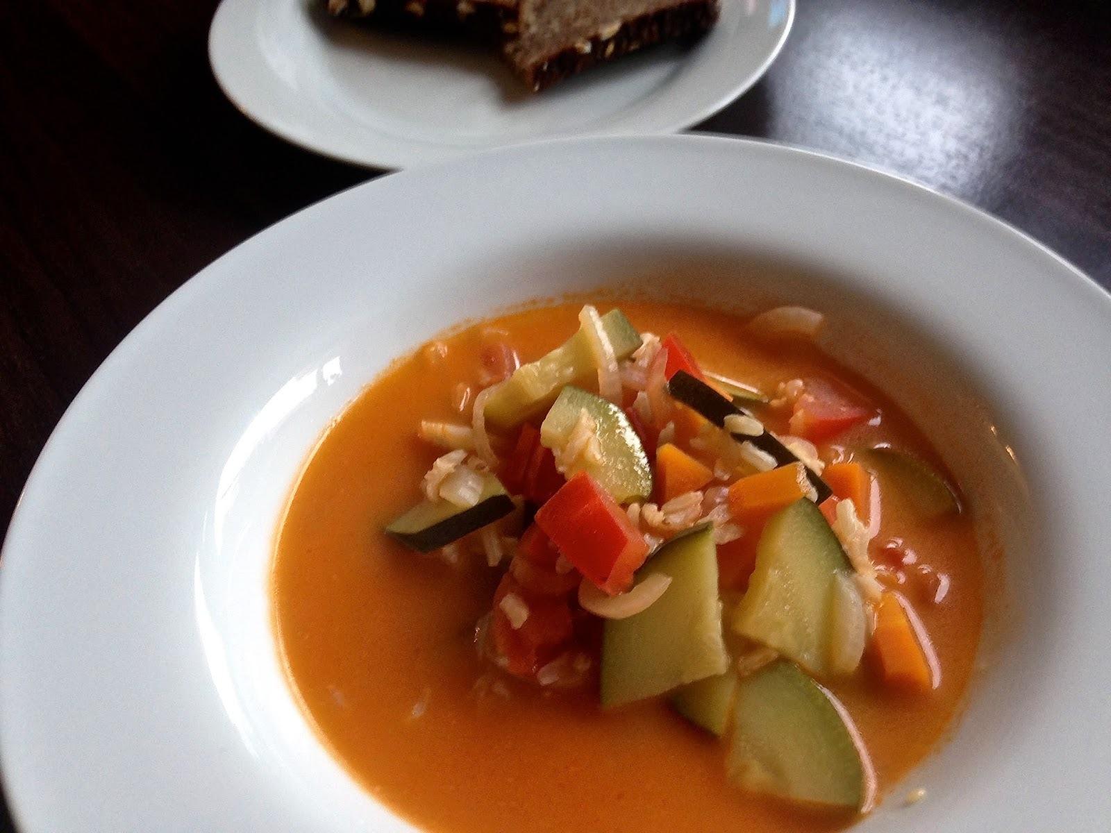 Sopa cremosa de pimiento con verduras y arroz integral (35 min)