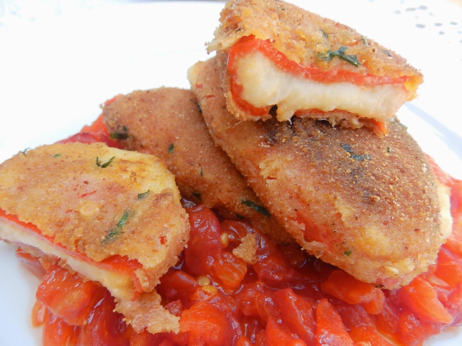Pebrots del piquillo farcits de brandada de bacallà, sobre llit de tomata