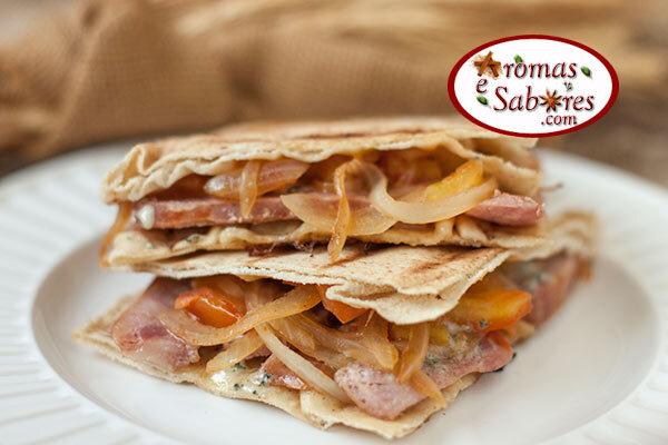 Sanduíche de linguiça com gorgonzola, cebola e tomate