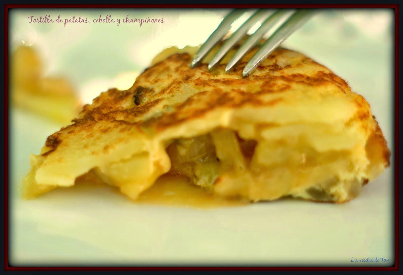 Tortilla de patatas, cebolla y champiñones.