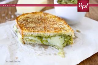 Sanduíche de Queijo com Pesto e Molho Pesto.