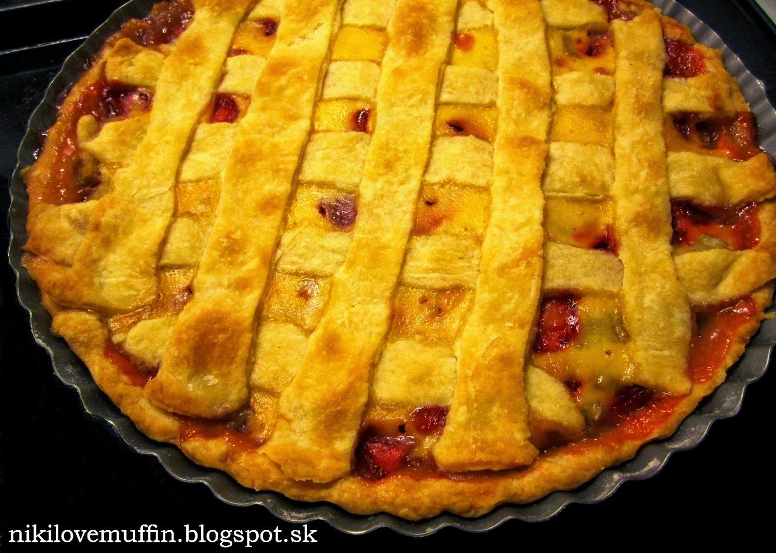 Mriežkový rebarborový koláč s jahodami a smotanou