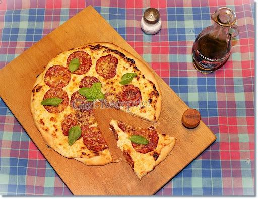 Pizza a legegyszerűbb recept alapján.