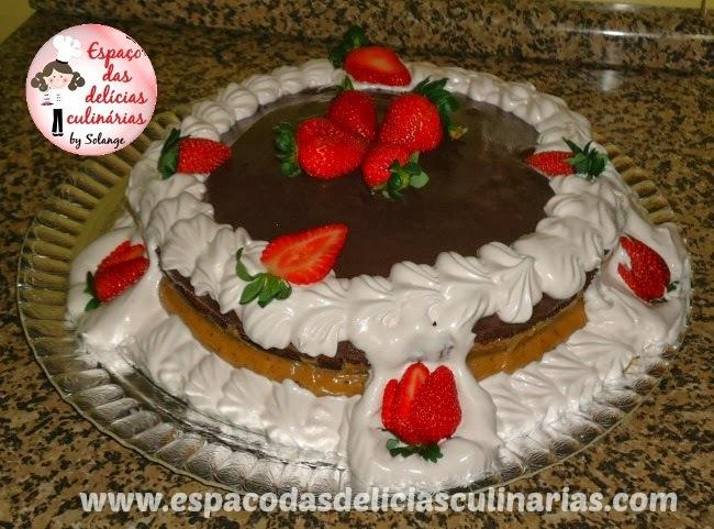 Bolo de chocolate com doce cremoso com leite e coco