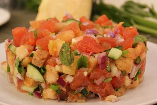 Panzanella Alla Toscana - Salada com Cubinhos Crocantes de Pão
