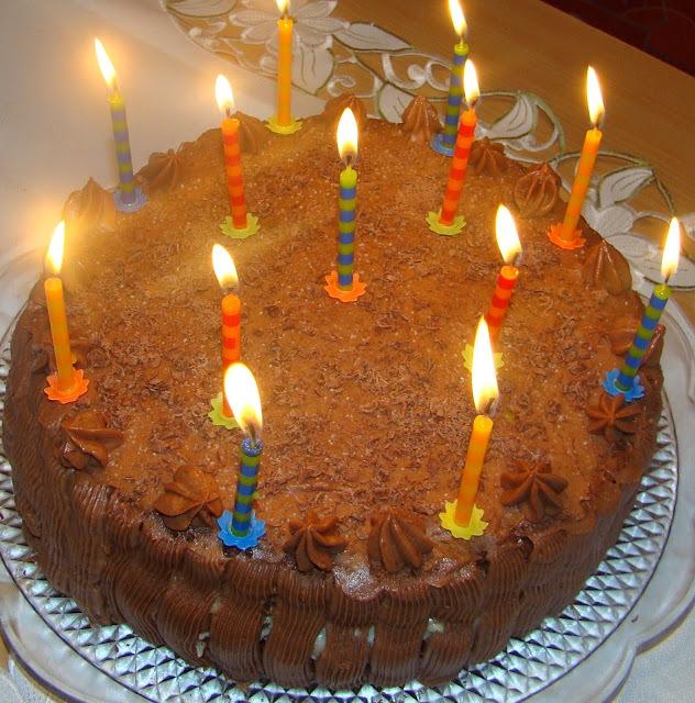 bolo com recheio de trufa de chocolate branco com abacaxi