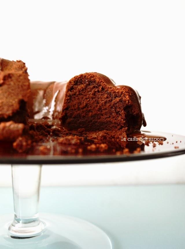 Υγρό κέικ σοκολάτας με γλάσο πραλίνας φουντουκιού