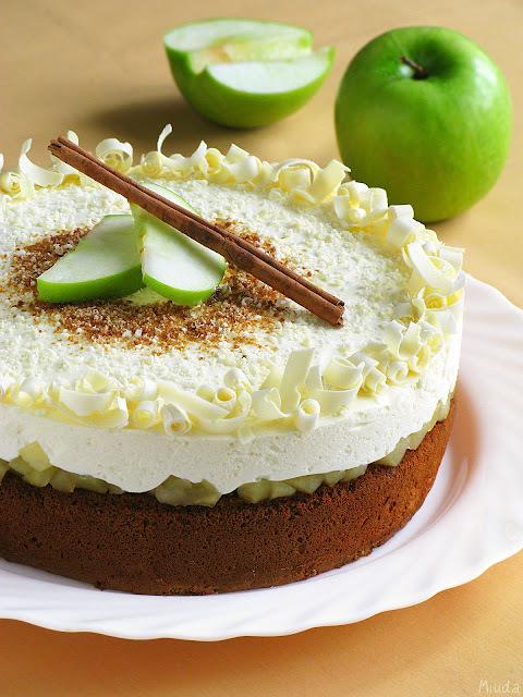 Медово-яблочный торт со сливочным муссом / Bolo de mel e maçã com mousse de nata